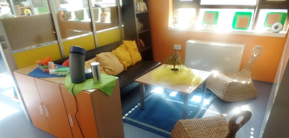 Gemütliche Sitzecke für Eltern in der Kita aus Karlsruhe