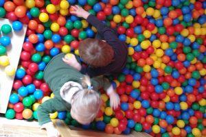 Kinder der Kita Karlsruhe spielen im Bällebad