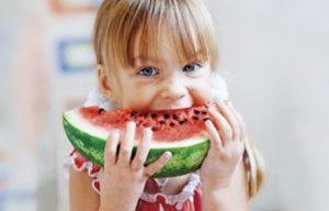 Kind mit Wassermelone Kinderbetreuung Karlsruhe