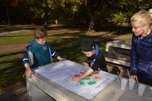 Kinder in der Ferienbetreuung in Aktion