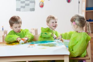 Kinder malen ein Bild