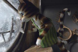 Katze Findus die aus einem vereisten Fenster schaut