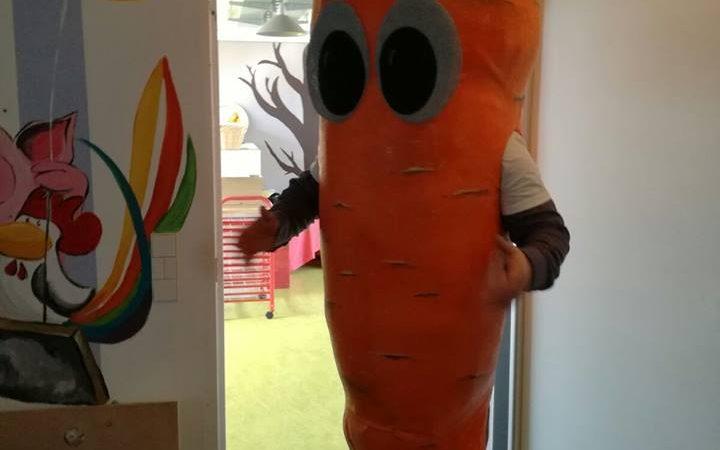 Karl die Karotte der Frechen Freunde bei den Grashüpfern