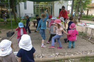 Tanzen im Garten bei der Kita Grashüpfer