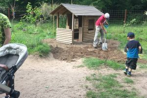 Unkraut entfernen bei der Gartenaktion der Grashüpfer