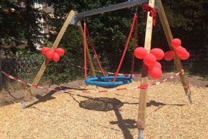Vorgelnest Schaukel dekoriert mit Luftballons und Schleife