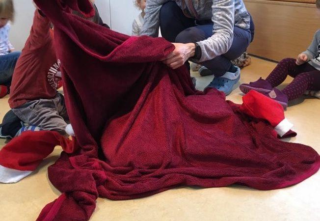 Weihnachtsüberraschung unter einer Decke