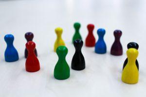 Spielfiguren in unterschiedlichen Farben