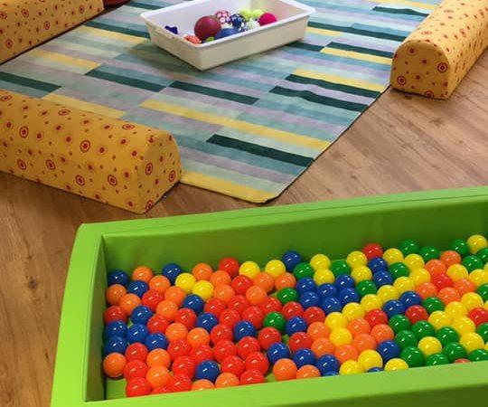 Bällebad und Sinnesspiele für Kleinkinder