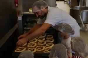 Kinder beim Bäcker hinter den Kulissen
