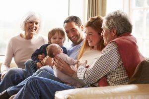 Bild einer Familie mit Oma, Opa, Eltern und zwei Kindern