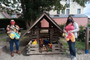 Erzieherinnen stehen neben gespendeten Spielsachen