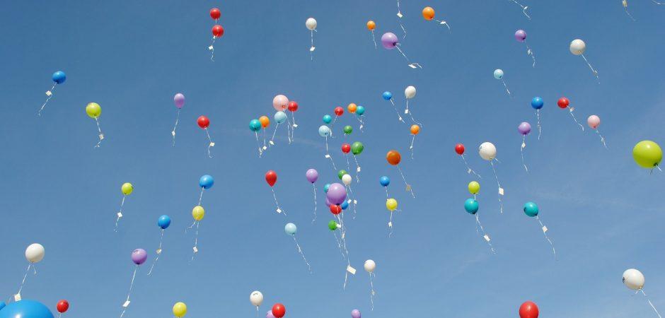 Ballons fliegen in der Luft