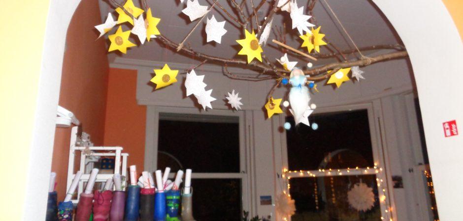 Weihnachtliche Dekoration in der Stadtvilla