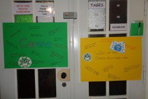 zwei Plakate zum Thema Meinung zu Corona